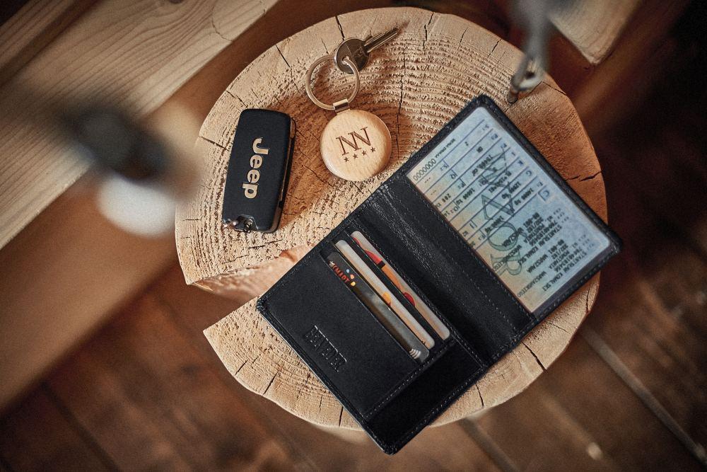 czarny portfel męski typu slim
